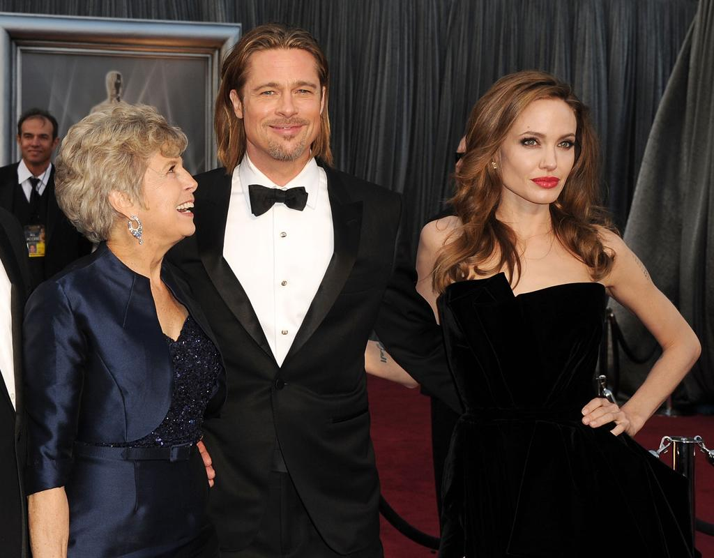 HOLLYWOOD, CA - FEBRUARY 26: Actor Brad Pitt (2nd R), father William Alvin Pitt (L), mother Jane Pitt (2nd L) and actress Angelina Jolie (R) arrive at the 84th Annual Academy Awards held at the Hollywood & Highland Center on February 26, 2012 in Hollywood, California. (Photo by Steve Granitz/WireImage)