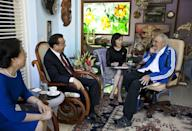 <p>Cuba's former President Fidel Castro, right, talks with Chinese Premier Li Keqiang, second left, and his wife Cheng Hong, left, in Havana, Cuba, Sept. 25, 2016. (AP Photo/Alex Castro) </p>