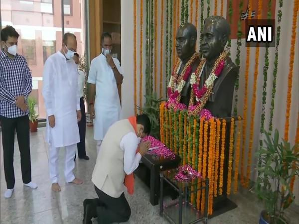 Union Minister Sarbananda Sonowal pays floral tributes to Pt Deen Dayal Upadhyaya and Syama Prasad Mookerjee at BJP headquarters in New Delhi on Thursday. [Photo/ANI]