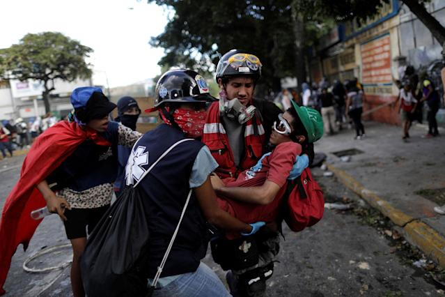 <p>A demonstrator receives help at a rally during a strike called to protest against Venezuelan President Nicolas Maduro's government in Caracas, Venezuela, July 26, 2017. (Photo: Ueslei Marcelino/Reuters) </p>