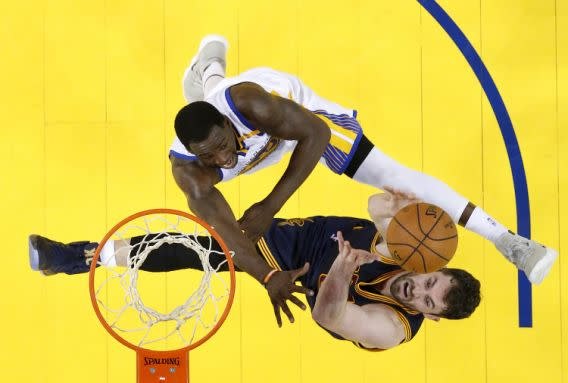 <p>Golden State Warriors forward Draymond Green, top, defends a shot by Cleveland Cavaliers forward Kevin Love during the second half of Game 1 of basketball's NBA Finals in Oakland, Calif., Thursday, June 1, 2017. (John G. Mabanglo/Pool Photo via AP) (圖片來源:The Associated Press) </p>