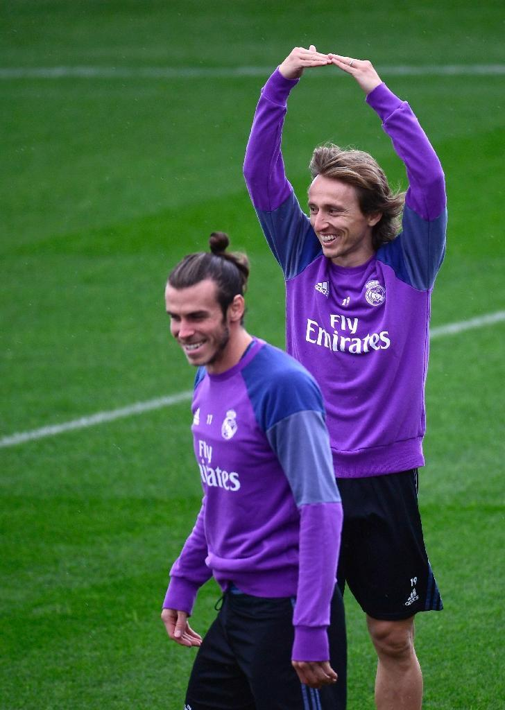 Real Madrid's Croatian midfielder Luka Modric (R) and Real Madrid's Welsh forward Gareth Bale attend a training session at Valdebebas Sport City in Madrid on November 5, 2016 (AFP Photo/Pierre-Philippe Marcou)