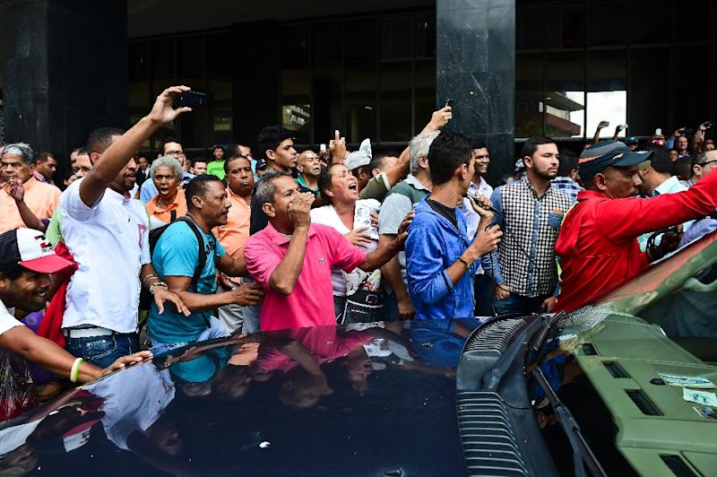 Supporters of Venezuelan President Nicolas Maduro protest as deputy Henry Ramos Allup, the elected president of the new parliament arrives at his new office in Caracas on January 4, 2016 (AFP Photo/Ronaldo Schemidt)