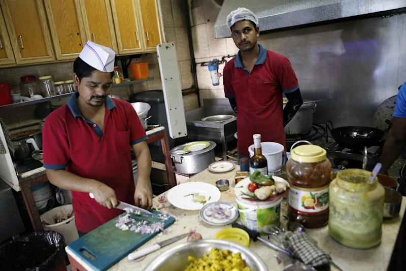 Cooks prepare food at the Zaiqa restaurant in southern suburbs of the Qatari capital Doha on March 31, 2015 (AFP Photo/Karim Jaafar)