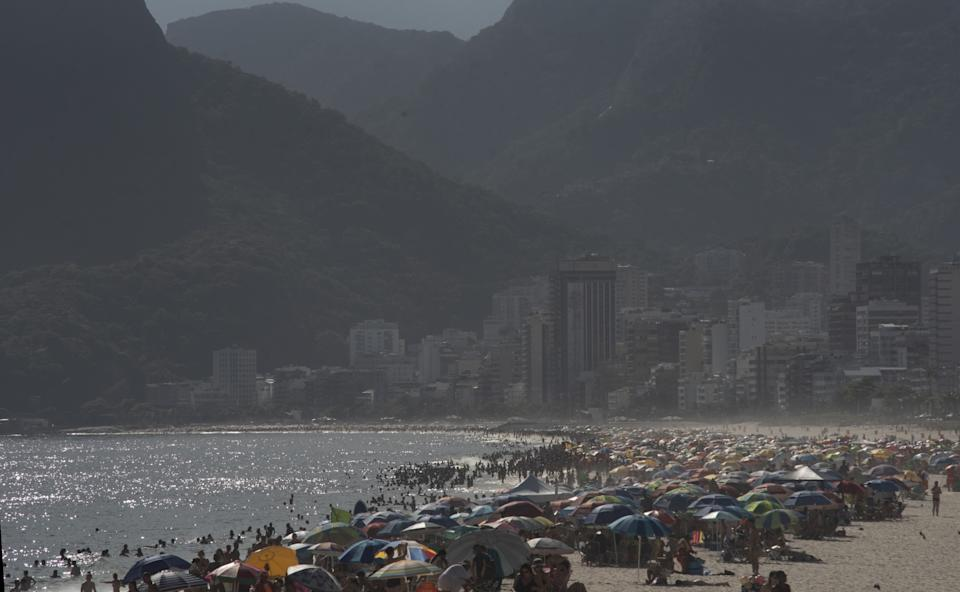 RIO DE JANEIRO, BRAZIL  DECEMBER 31: Crowding of people on Ipanema beach, south of the city, people ignore the corona virus pandemic and crowd on the city's beaches, Brazil has 1,074 deaths in the last 24 hours; total exceeds 194 thousand deaths, the New Year's fires were canceled by the city hall. (Photo by Fabio Teixeira/Anadolu Agency via Getty Images)