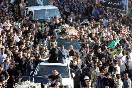Kurdish mourners surround the car carrying the coffin of former Iraqi president Jalal Talabani in Sulaimaniya, Iraq, October 6, 2017. REUTERS/Ako Rasheed