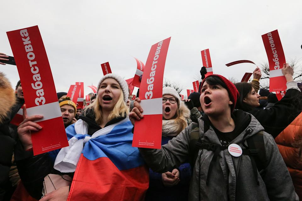 Protesters walk through St. Petersburg in support of Navalny's election boycott, Jan. 28, 2018. (Photo: SOPA Images via Getty Images)