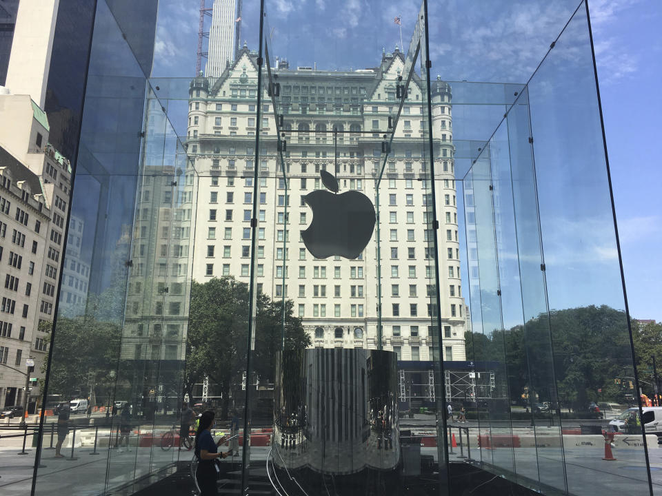 Photo by: STRF/STAR MAX/IPx 2020 7/20/20 Customers queue up at The Apple Store during the phase 4 reopening in Manhattan.