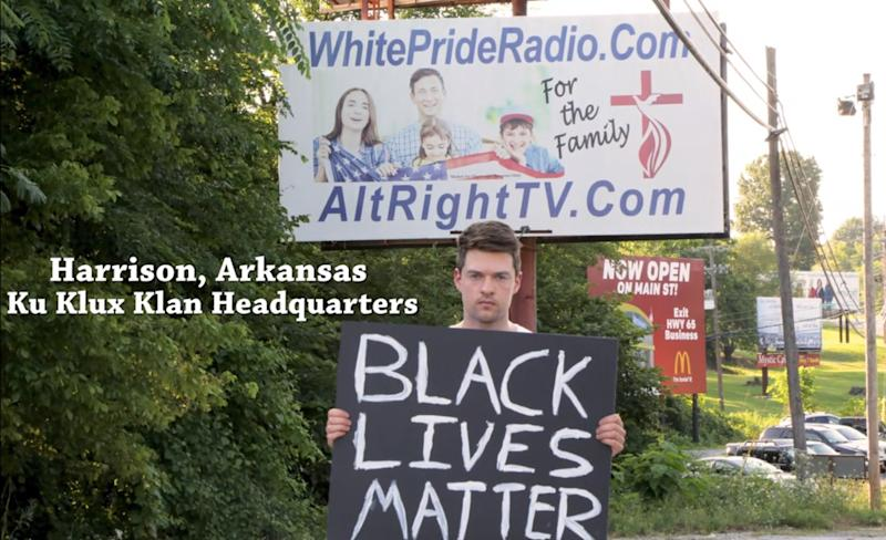 Rob Bliss con un cartel de Black Lives Matter en Harrison, Arkansas. (YouTube / Rob Bliss)