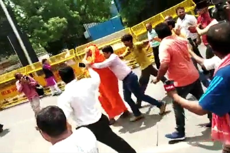 Swami Agnivesh, on Way to Pay Homage to Vajpayee, Attacked Outside BJP Office in Delhi