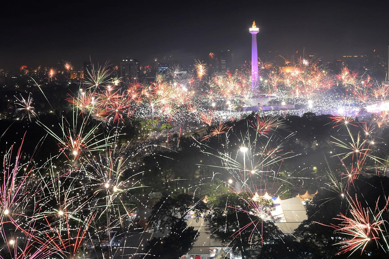 Fireworks explode around the National Monument during New Year's celebrations in Jakarta, Indonesia on January 1, 2018. (Photo: Antara Foto Agency / Reuters)