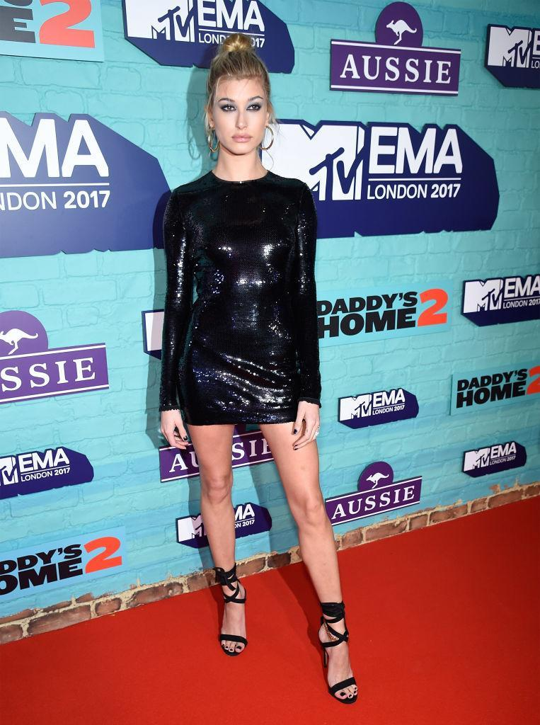 <p>Hailey Baldwin stole the spotlight in a sequinned mini dress by Tom Ford finished with Jennifer Fisher earrings. (Photo: Getty Images) </p>
