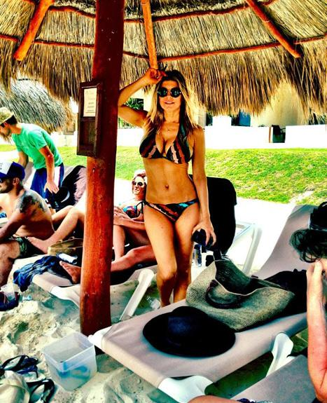 Sexy! Fergie Shows Off Major Cleavage, Rock Hard Abs in Skimpy Bikini