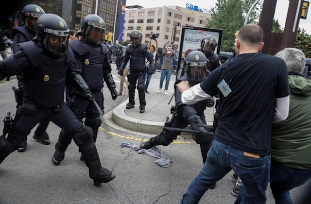 <p>Spanish police scuffle with people outside a polling station for the banned independence referendum in Tarragona, Spain, Oct. 1, 2017. (Photo: David Gonzalez/Reuters) </p>