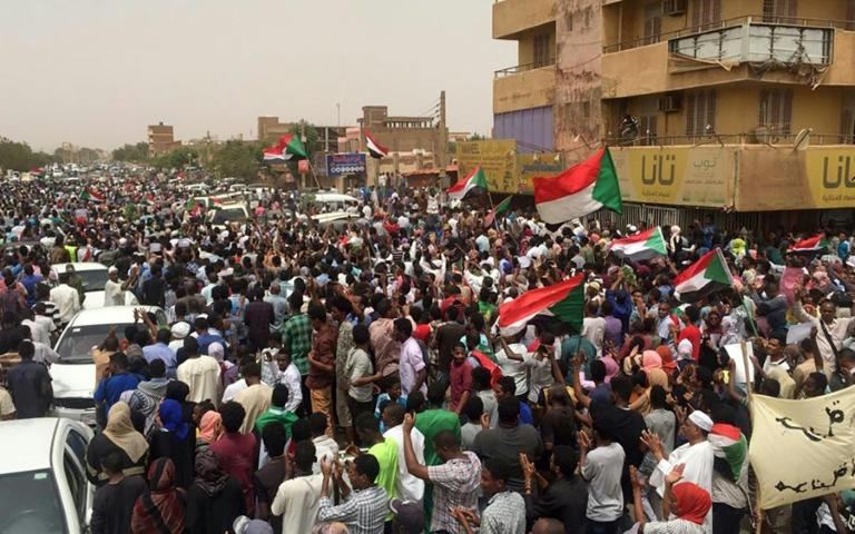 Sudanese protesters chant slogans demanding civilian rule during a rally in Khartoum's southern al-Sahafa district (AFP Photo/-)
