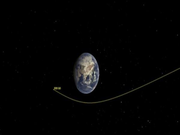 This illustration shows asteroid 2020 QG's trajectory bending during its close approach to Earth. (Image Credit: NASA/JPL-Caltech)