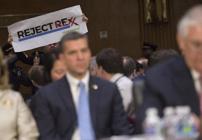 A protestor stands up as Former ExxonMobil executive Rex Tillerson testifies during his confirmation hearing for Secretary of State before the Senate Foreign Relations Committee (AFP Photo/SAUL LOEB)