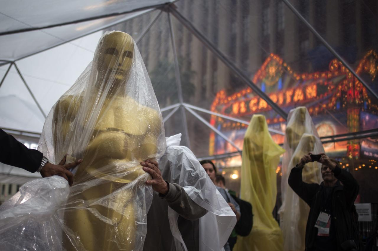 A covered Oscars statue is moved along the red carpet ahead of the 86th Academy Awards in Hollywood, California March 1, 2014. The Oscars which will be presented at the Dolby Theater on March 2, 2014. REUTERS/Adrees Latif (UNITED STATES - Tags: ENTERTAINMENT)