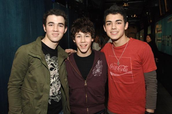 <p>OMG, who are these new cute kids on MTV in 2006?They're called the Jonas Brothers! To put things into context: The boys appeared on MTV for the first time with JoJo.</p>