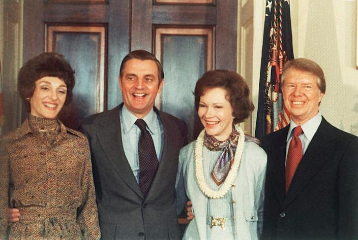 Mondale with his wife Joan (to left) with President Jimmy Carter and his wife Rosalynn (1977) - Peter Bregg/ AP