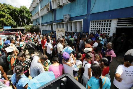 People gather outside a health center as they wait to get treatment for malaria, in San Felix, Venezuela November 3, 2017. REUTERS/William Urdaneta