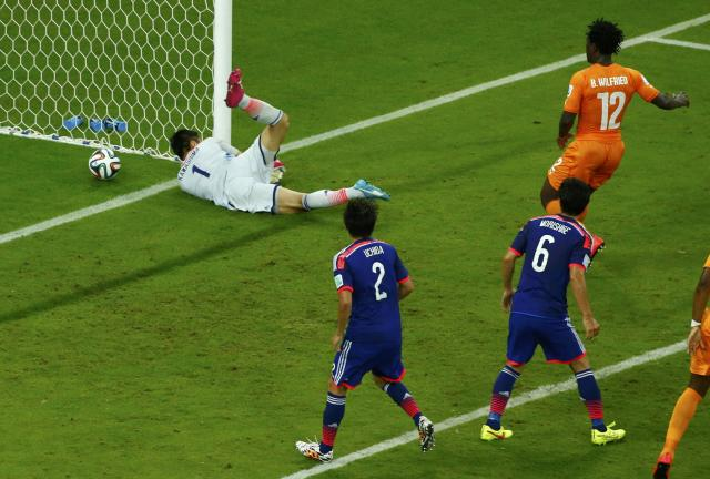 Ivory Coast's Wilfried Bony (top R) watches as his shot goes past Japan's Eiji Kawashima (L) for a goal during their 2014 World Cup Group C soccer match at the Pernambuco arena in Recife June 14, 2014. REUTERS/Ruben Sprich (BRAZIL - Tags: TPX IMAGES OF THE DAY SOCCER SPORT WORLD CUP)