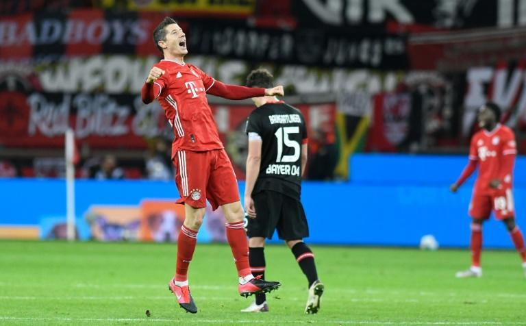 Robert Lewandowski (L) celebrates scoring Bayern Munich's last-gasp winner at Leverkusen