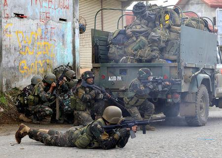 Government troops are seen during an assault on insurgents from the so-called Maute group, who have taken over large parts of Marawi City, in Marawi City, southern Philippines May 25, 2017. REUTERS/Romeo Ranoco
