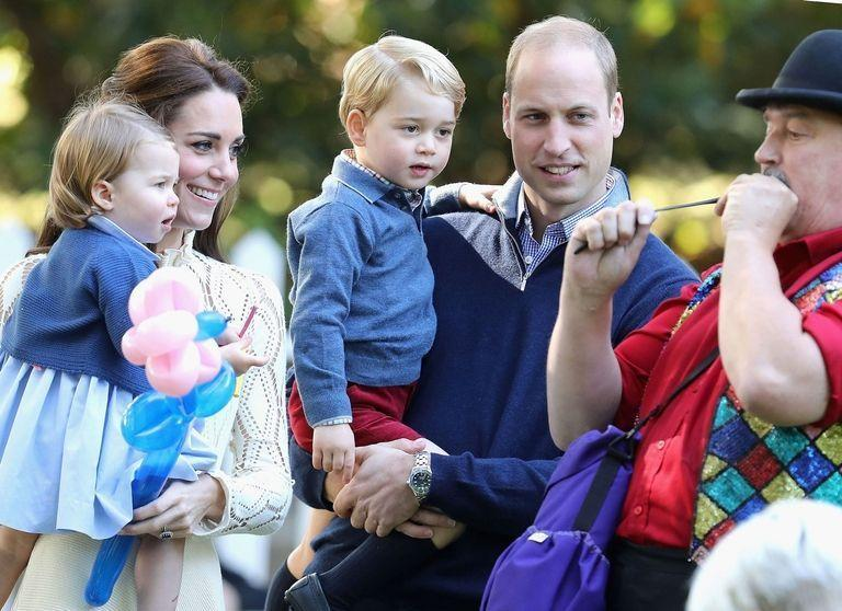 <p>The young royals opted to send this candid photo from their 2016 tour of Canada to loved ones during the holiday season. </p>