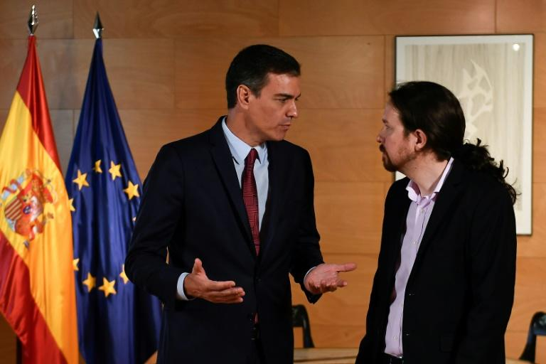 Spanish Prime Minister Pedro Sanchez (L) mets with Podemos party leader Pablo Iglesias whose party he is trying to convince to support him in a confidence vote in parliament next week