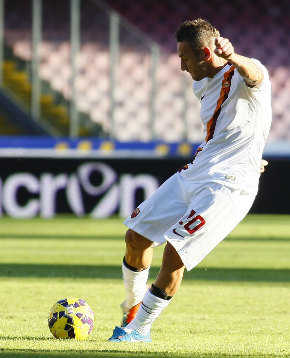 Roma's Francesco Totti takes a free kick during the match against SSC Napoli on November 1, 2014 at the San Paolo stadium in Naples (AFP Photo/Carlo Hermann)