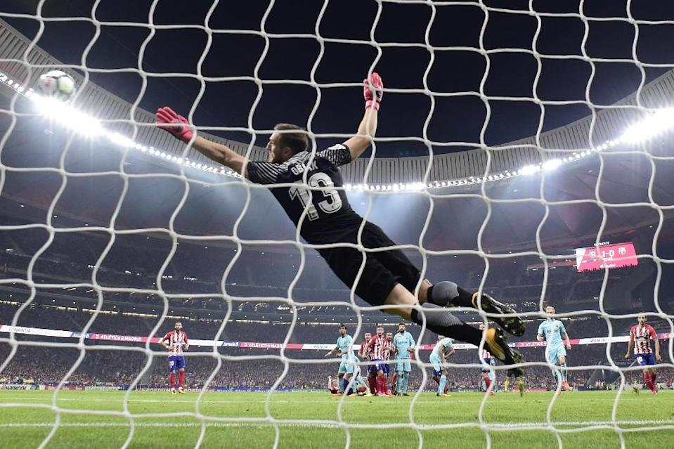Atletico Madrid's Jan Oblak dives for the ball during their Spanish league match Club against FC Barcelona at the Wanda Metropolitano stadium in Madrid on October 14, 2017 (AFP Photo/JAVIER SORIANO)