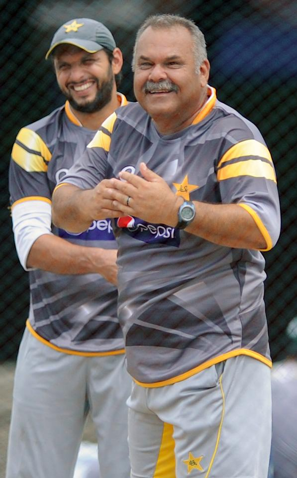 Pakistan cricket coach Dav Whatmore (R) and Shahid Afridi (L) look on during an ICC Twenty20 Cricket World Cup practice session at the P. Sara Oval Cricket Stadium in Colombo on September 27, 2012.  AFP PHOTO / Ishara S.KODIKARA