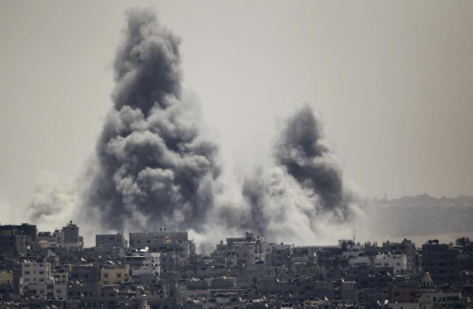 Smoke rises during an Israeli offensive in the east of Gaza City July 27, 2014. A humanitarian truce in the Gaza Strip collapsed on Sunday after a barrage of rockets fired by Palestinian militants was met with fierce Israeli shelling, in a fresh setback to efforts to secure a permanent ceasefire. REUTERS/Ahmed Zakot (GAZA - Tags: POLITICS CIVIL UNREST)
