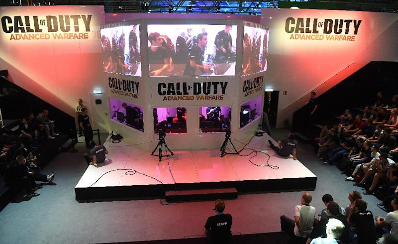"""Visitors to the """"Gamescom"""" fair play """"Call of Duty: Advanced Warfare"""" on August 14, 2014 in Cologne, Germany (AFP Photo/Patrik Stollarz)"""