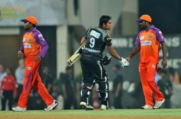 Muttiah Muralitharan shaking hands with Mohnish Mishra of Pune Warriors India