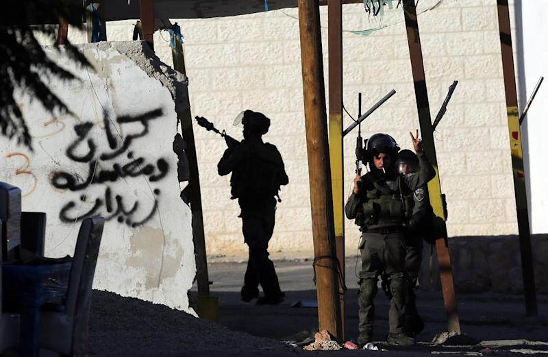 A member of the Israeli security forces flashes the sign for victory during clashes with Palestinian youths near the West Bank settlement Beit El, on October 24, 2014 (AFP Photo/Abbas Momani)