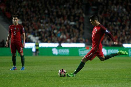 Football Soccer - Portugal v Hungary - World Cup 2018 Qualifiers European Zone - Group B - Luz Stadium, Lisbon, Portugal - 25/03/17 - Portugal's Cristiano Ronaldo in action . REUTERS/Pedro Nunes