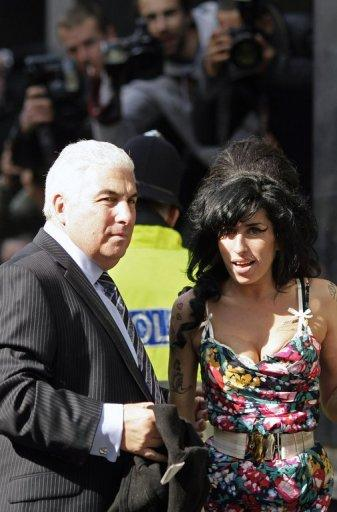 (2009) Mitch e Amy chegam a um tribunal no oeste de Londres