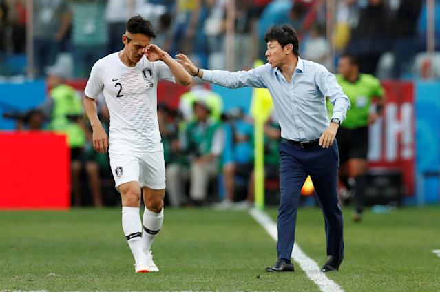 Soccer Football - World Cup - Group F - Sweden vs South Korea - Nizhny Novgorod Stadium, Nizhny Novgorod, Russia - June 18, 2018 South Korea coach Shin Tae-yong gives instructions to Lee Yong REUTERS/Matthew Childs