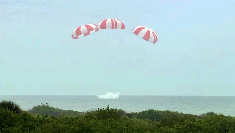 The SpaceX Dragon spaceship drifting down for an ocean landing after the first test of the Dragon's flight abortion sytem off Cape Canaveral, Florida on May 6, 2014 (AFP Photo/)