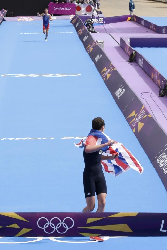 Britain's Alistair Brownlee looks back on finish line at Spain's Javier Gomez in the men's triathlon final during the London 2012 Olympic Games at Hyde Park August 7, 2012.               REUTERS/Tim Wimborne (BRITAIN  - Tags: OLYMPICS SPORT TRIATHLON TPX IMAGES OF THE DAY)