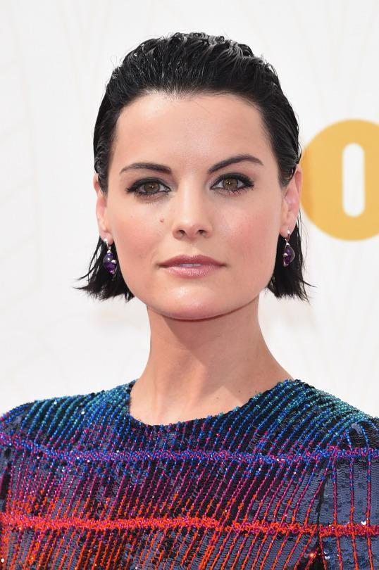 <p><i>Blindspot </i>star Jaimie Alexander perfected the wet look with her sleek bob. <i>(Photo: Getty Images)</i></p>