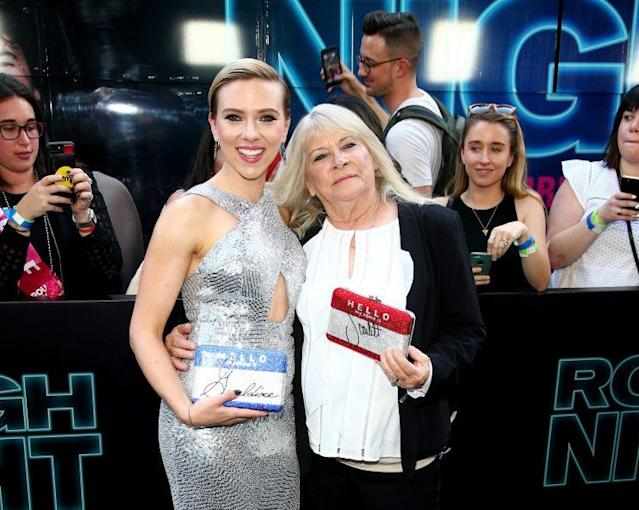 Scarlett Johansson and Geraldine Dodd, with their individualized clutches, at the premiere of <em>Rough Night</em>. (Photo: Getty Images)