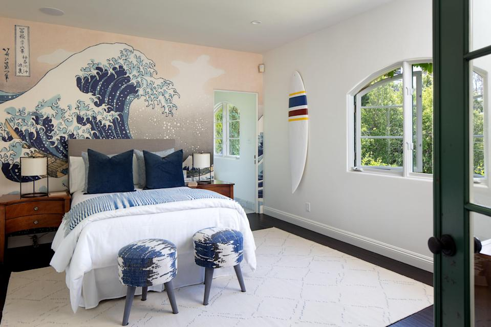 "<div class=""caption"">One bedroom is decorated in a beach theme.</div><cite class=""credit"">Photo: Lee Manning Photography</cite>"