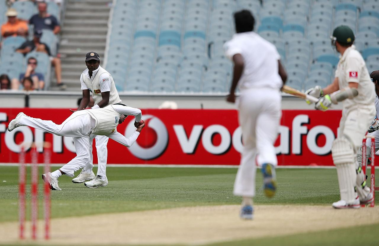 MELBOURNE, AUSTRALIA - DECEMBER 27:  Prasanna Jayawardene of Sri Lanka takes a catch to dismiss Peter Siddle of Australia off the bowling of Shaminda Eranga during day two of the Second Test match between Australia and Sri Lanka at Melbourne Cricket Ground on December 27, 2012 in Melbourne, Australia.  (Photo by Michael Dodge/Getty Images)