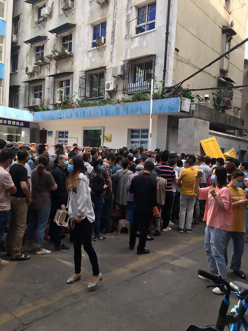 Wuhan residents in Jiang'an District crowd a COVID-19 testing station on May 19. Source: Australscope/AsiaWire