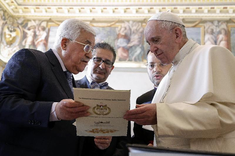 Palestinian president Mahmud Abbas (left) exchanges gifts with Pope Francis, during a private audience at the Vatican, on January 14, 2017 (AFP Photo/Giuseppe Lami)