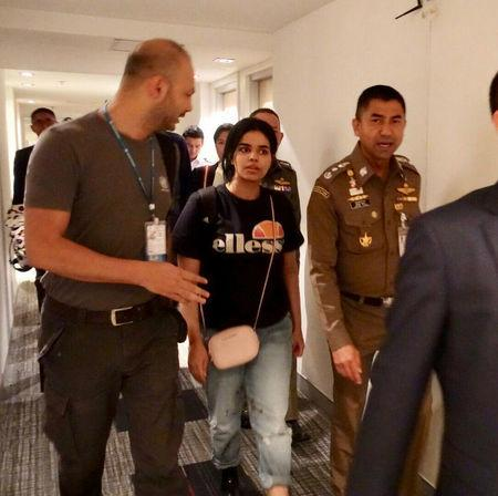 Rahaf al-Qunun: Dad of Saudi refugee arrives in Bangkok Thailand