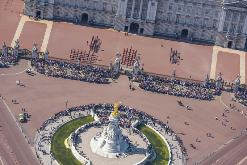 The guards and tourists at Buckingham Palace and Victoria Memorial. (Photo: Jason Hawkes/Caters News)